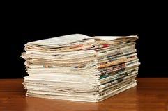 Mucchio dei giornali su una tabella di legno Fotografie Stock