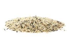 Mucchio dei granuli (coltivati e selvaggi) mixed del riso fotografia stock libera da diritti