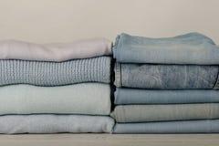 Mucchio dei jeans e dei maglioni tricottati dei vestiti, sciarpe, pullover Immagine Stock Libera da Diritti