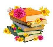 Mucchio dei libri con i fiori Fotografie Stock Libere da Diritti