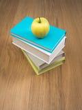Mucchio dei libri con la mela Immagine Stock