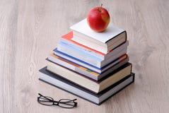 Mucchio dei libri, dei vetri e della mela Fotografia Stock Libera da Diritti