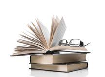 Mucchio dei libri e degli occhiali Fotografia Stock Libera da Diritti