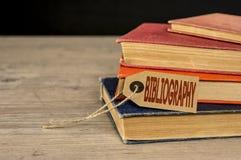Mucchio dei libri e dell'etichetta della bibliografia Fotografia Stock
