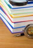Mucchio dei libri e della penna su legno Fotografia Stock Libera da Diritti