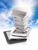 Mucchio dei libri in e-libro Immagini Stock Libere da Diritti