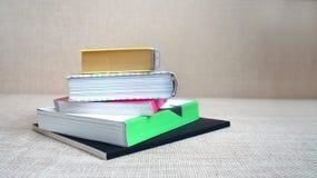 Mucchio dei libri e dei taccuini Immagini Stock Libere da Diritti