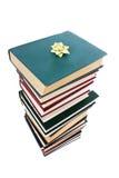 Mucchio dei libri in imballaggio del regalo isolato Immagine Stock