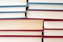 Mucchio dei libri impilati sopra a vicenda Fotografie Stock