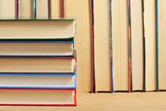 Mucchio dei libri su una superficie di legno Fotografie Stock