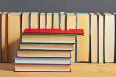 Mucchio dei libri su una superficie di legno Immagine Stock Libera da Diritti