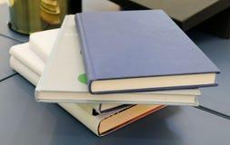 Mucchio dei libri sulla tavola di legno Immagine Stock Libera da Diritti