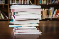 Mucchio dei libri in una biblioteca ed in uno scaffale per libri Immagine Stock Libera da Diritti