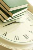 Mucchio dei libri verdi su una Tabella di orologio Fotografie Stock Libere da Diritti