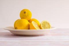 Mucchio dei limoni gialli su un piatto Fotografia Stock
