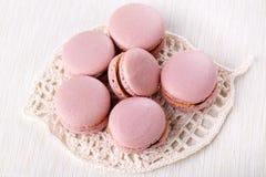 Mucchio dei maccheroni rosa - biscotti francesi su bianco fotografie stock libere da diritti