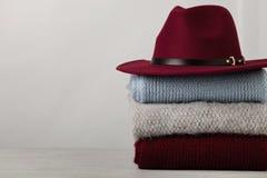 Mucchio dei maglioni tricottati dei vestiti, sciarpe, blu dei pullover, ufficio Fotografia Stock Libera da Diritti