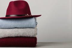 Mucchio dei maglioni tricottati dei vestiti, sciarpe, blu dei pullover, ufficio Immagini Stock