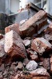 Mucchio dei mattoni rossi dalla casa demolita a fuoco Immagine Stock Libera da Diritti