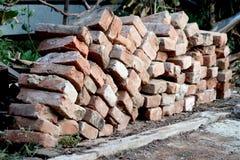 Mucchio dei mattoni rossi organizzati dalla casa demolita Fotografia Stock