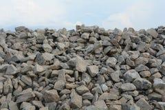 Mucchio dei mattoni sotto il cielo Fotografie Stock