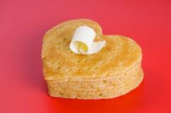 Mucchio dei pancake sotto forma di un cuore su rosso con il fiocco dei Bu Fotografie Stock Libere da Diritti