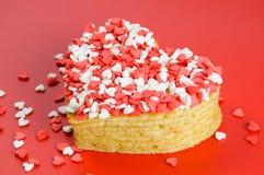 Mucchio dei pancake sotto forma di un cuore su rosso con poco suga Fotografie Stock