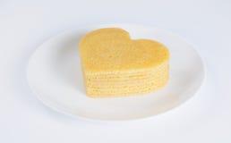 Mucchio dei pancake sotto forma di un cuore sul piatto Immagine Stock