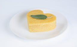 Mucchio dei pancake sotto forma di un cuore sul piatto con la foglia prudente Immagini Stock Libere da Diritti