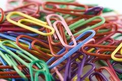 Mucchio dei Paperclips colorati Immagini Stock