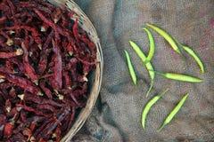 Mucchio dei peperoncini rossi e verdi secchi Fotografie Stock Libere da Diritti