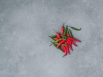 Mucchio dei peperoni sull'ardesia grigia Immagini Stock Libere da Diritti