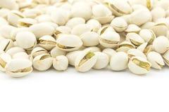 Mucchio dei pistacchi su fondo bianco Immagine Stock