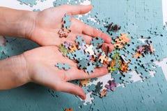 Mucchio dei puzzle nelle mani Immagini Stock Libere da Diritti