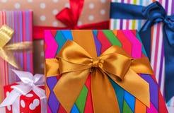 Mucchio dei regali su fondo bianco Primo piano immagini stock libere da diritti