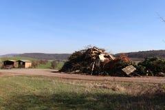 Mucchio dei rifiuti costruito dai cittadini in preparazione del falò annuale immagine stock