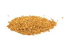 Mucchio dei semi del grano saraceno isolati sopra i precedenti bianchi fotografia stock libera da diritti