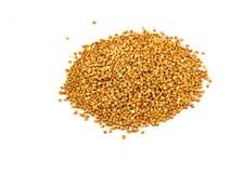 Mucchio dei semi del grano saraceno isolati sopra i precedenti bianchi immagine stock