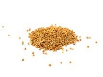 Mucchio dei semi del grano saraceno isolati sopra i precedenti bianchi fotografia stock