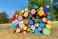 Mucchio dei tronchi di albero dipinti variopinti fuori fotografia stock