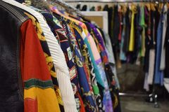 Mucchio dei vestiti d'annata fotografie stock libere da diritti