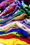Mucchio dei vestiti variopinti Immagini Stock