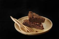 Mucchio del brownie su un piatto di legno immagine stock