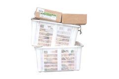 Mucchio del canestro di plastica bianco e della scatola di carta Immagine Stock