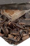 Mucchio del cioccolato del primo piano sulla zolla bianca Fotografie Stock Libere da Diritti