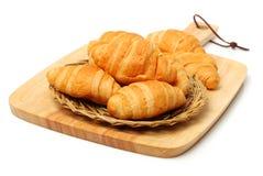 Mucchio del croissant fresco su un canestro immagini stock