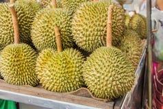 Mucchio del Durian sul carretto a mano Immagini Stock