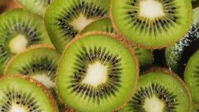 Mucchio del kiwi affettato stock footage