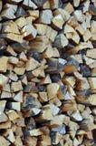 Mucchio del legno tagliato del fuoco, fondo verticale Immagini Stock