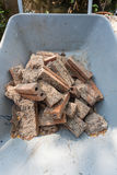Mucchio del mattone rosso sporco sulla carriola per costruzione fotografie stock